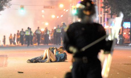 Vancouver-riot-kiss-coupl-007