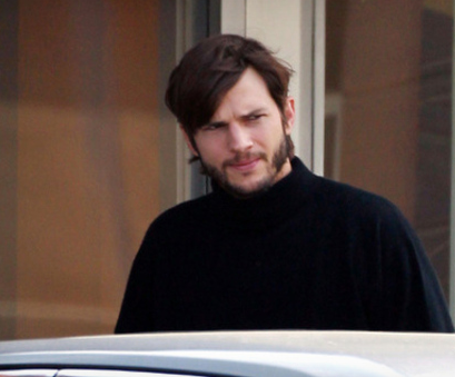 Ashton Kutcher acts Steve Jobs