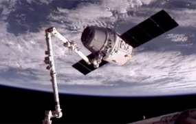 spacex-dragon-captured-iss