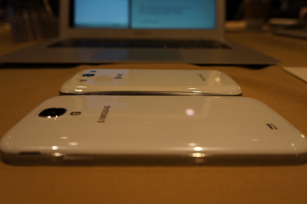 Samsung's Galaxy S IV (bottom) compared to its previous flagship, the Galaxy S III (top)