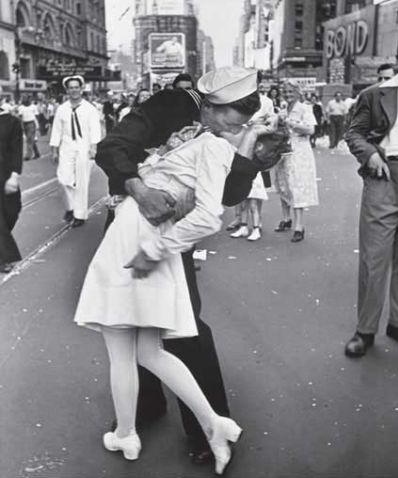 The famous kiss after WWII