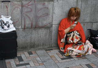 japanese-girl-with-phone