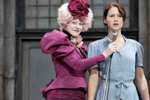Effie Trinket (Elizabeth Banks, left) and Katniss Everdeen (Jennifer Lawrence) in THE HUNGER GAMES.