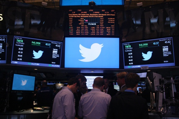 NYSE execs mingle with traders and journalists as Twitter trading begins