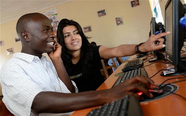 Janah instructing a Samasource employee