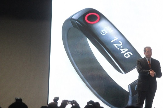 LG's Scott Alessi shows off the Lifeband at CES 2014