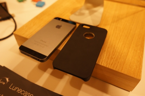 Concepter revealed a plain iPhone 5S under the Lune case, though we weren't able to see inside the case itself.