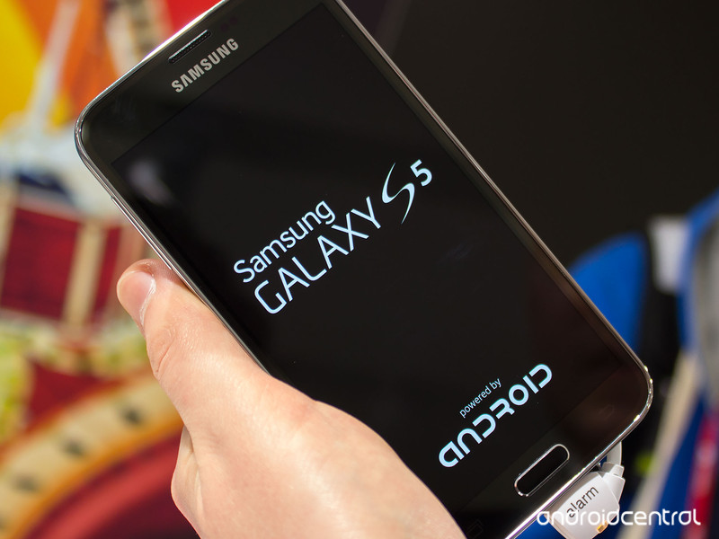 """Samsung's Galaxy S5 displaying the """"Powered by Android"""" branding upon bootup"""