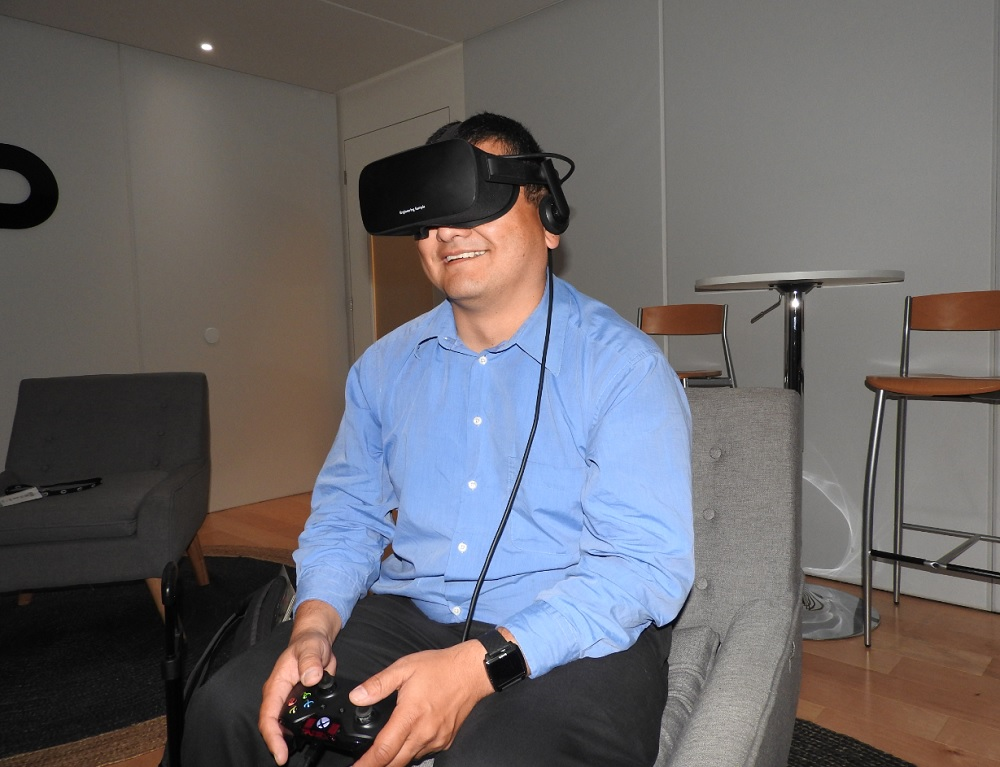Dean Takahashi plays with the Oculus Rift and Xbox One controller at E3 2015.