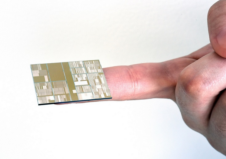 IBM's 7-nanometer chip has circuits that are 1,400 times smaller than a human hair.