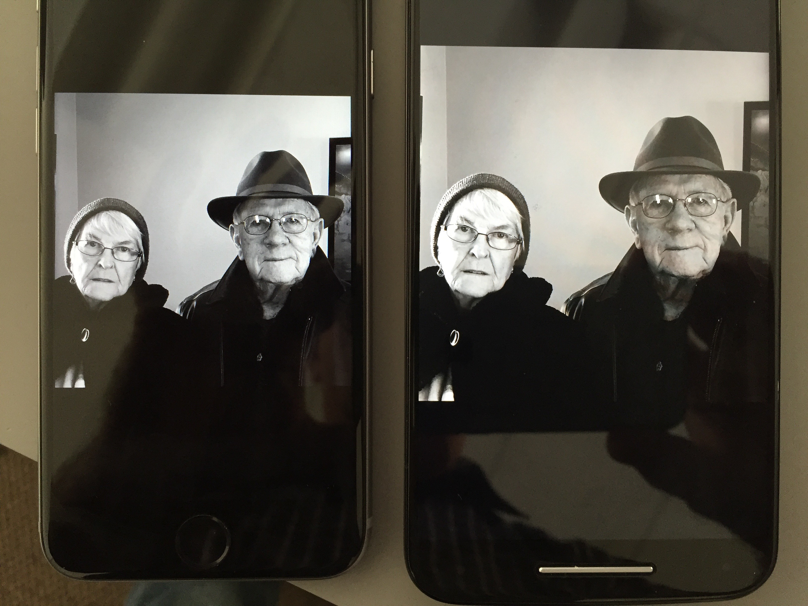 Black and white image displayed on the iPhone 6s (left) and on the Moto Pure (right).
