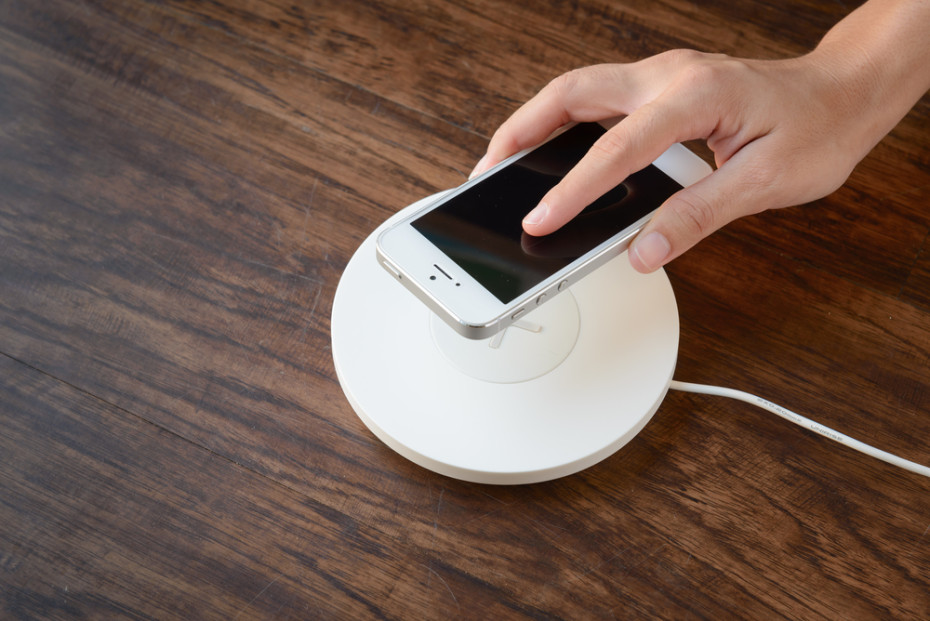 A wireless smartphone charger