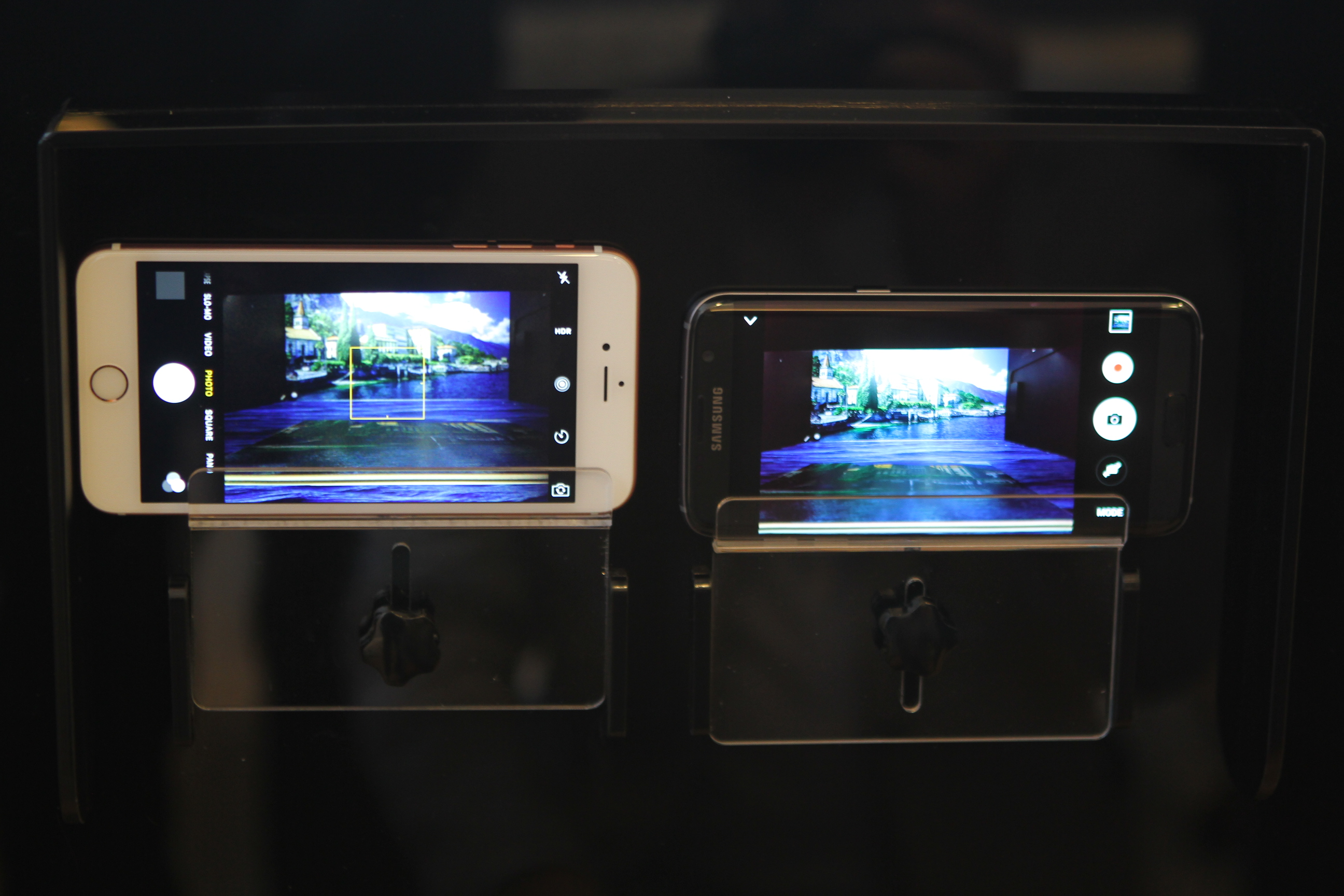 Samsung demonstrates the fast autofocus capability of its Galaxy S7 camera against the iPhone 6S Plus.