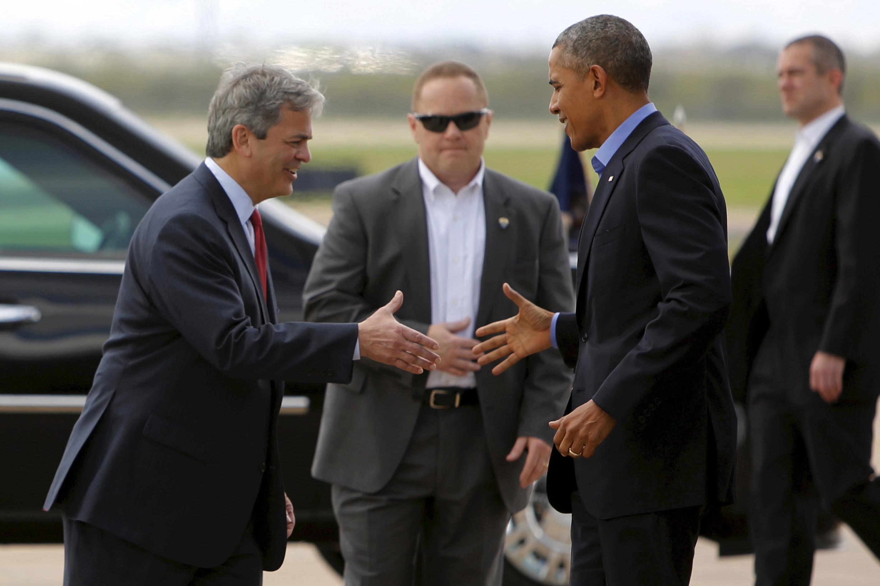 Austin Mayor Steve Adler (L) greets U.S. President Barack Obama as he arrives at Austin Bergstrom International Airport in Austin, Texas, U.S., March 11, 2016. REUTERS/Jonathan Ernst /File Photo