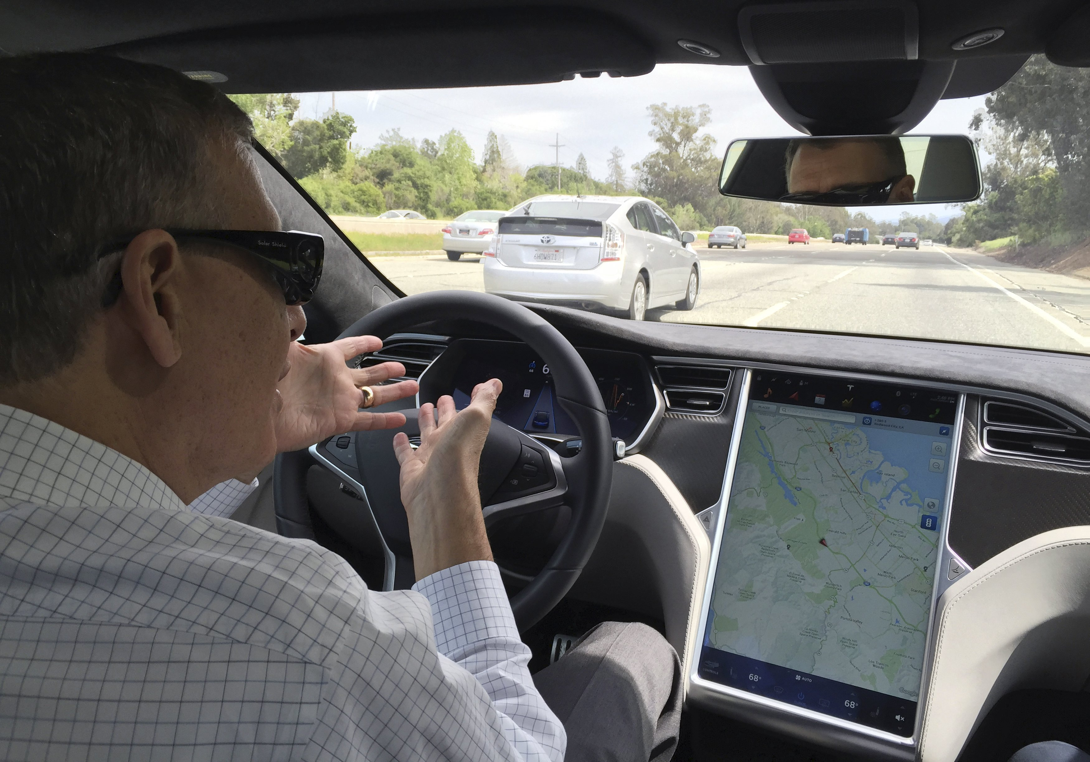 Reuters journalist Paul Ingrassia sits in the drivers seat of a Tesla S-Type in Autopilot mode in San Francisco, California, U.S., April 7, 2016. / REUTERS/Alexandria Sage