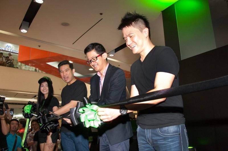 Min-Liang Tan (right) opens Razer store in Manila.