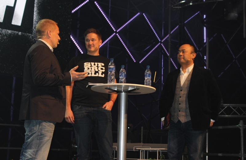 Supercell's Ilkka Paananen (center) and SoftBank's Taizo Son (right)