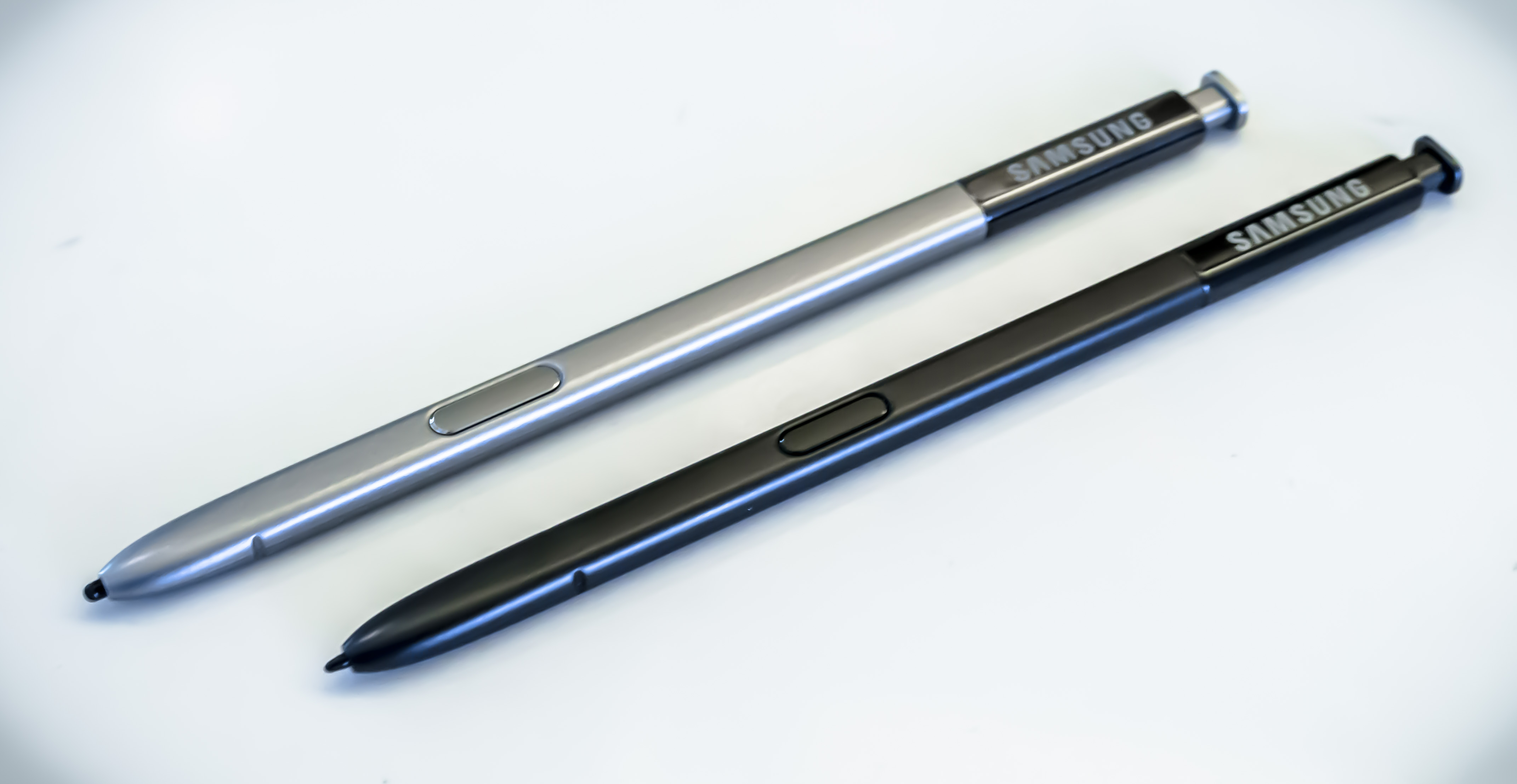 Samsung's Galaxy Note5 S Pen (top) compared to the Note7.