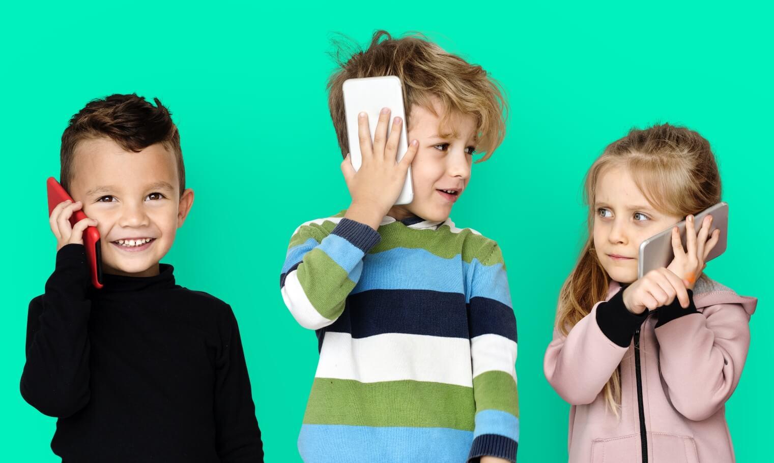 Фото ребёнка с телефоном в руках
