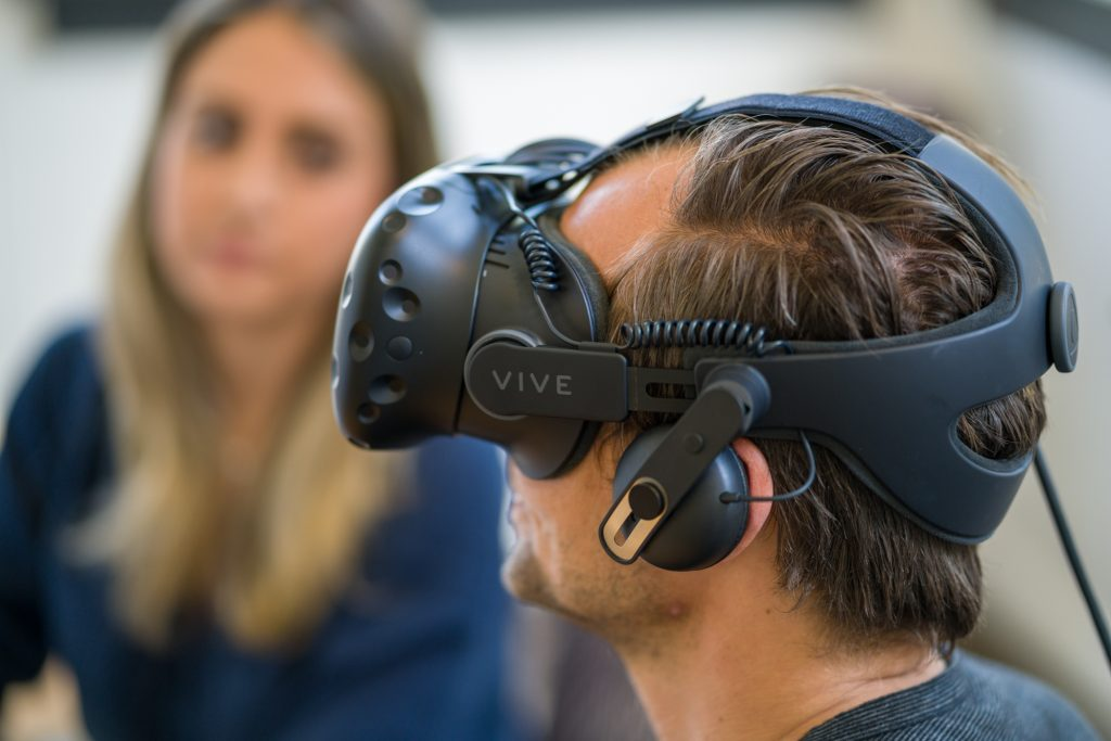 HTC Vive sees a MASSIVE price drop in the UAE