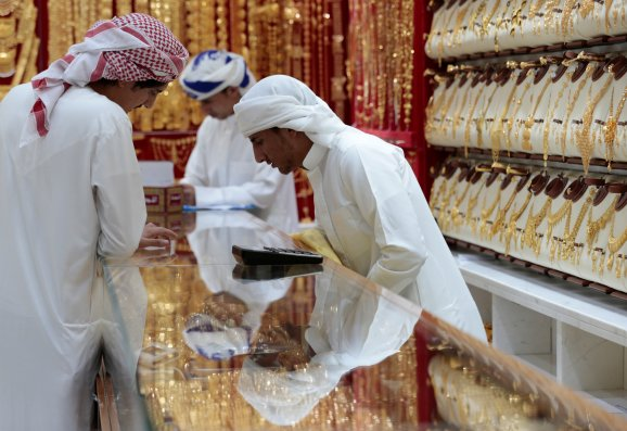 Men look at gold jewellery in a shop at the Gold Souq in Dubai, United Arab Emirates March 24, 2018. Picture taken March 24, 2018. REUTERS/Christopher Pike