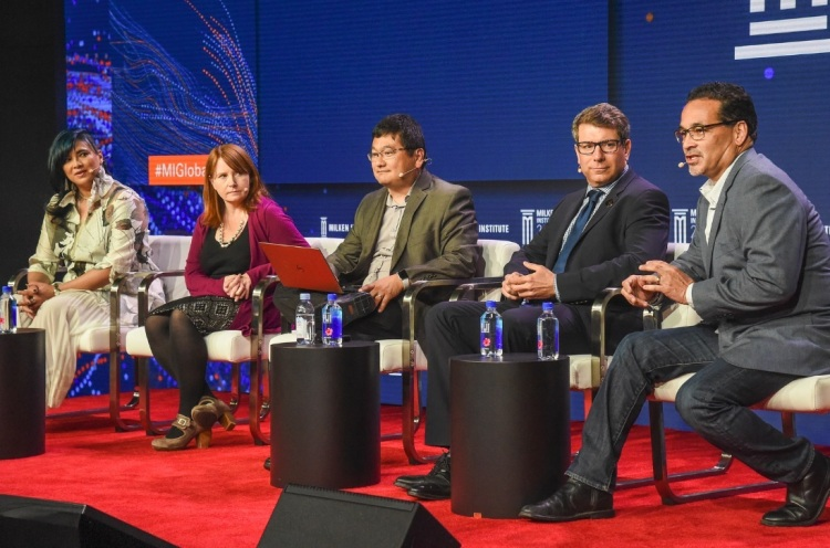 Left to right: Kathee Chimowitz of BoomBit Games,Emily Greer of Kongregate, Dean Takahashi of VentureBeat, Peter Levin of Lionsgate, andFrank Soqui of Intel.