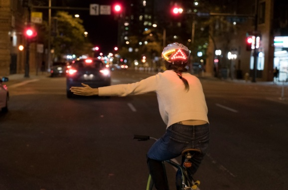 Lumos' smart bike helmet flashes a turning signal when you make a gesture.