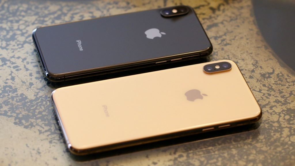 The iPhone XS (gray) and iPhone XS Max (gold).