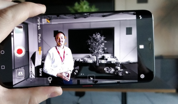 "The ""AI Color"" video effect on the new Huawei Mate 20 Pro"