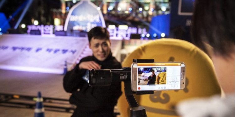 South Korean comedian Jo Young-bin uses SK Telecom's 5G mobile network to broadcast live from Bosingak in Seoul.