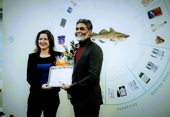 Bala Kamallakharan (right), is head of Iceland Venture. He received an award for startup work from the First Lady of Iceland, Eliza Reid.