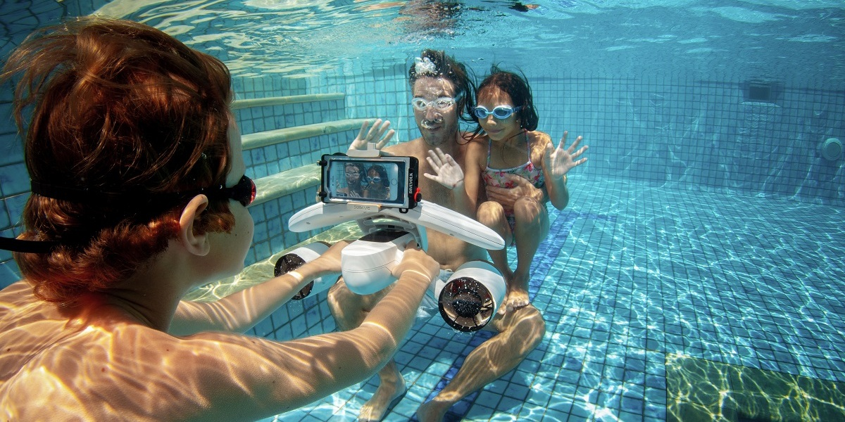 """Sublue MixPro is an underwater """"scooter"""" with two propellers."""